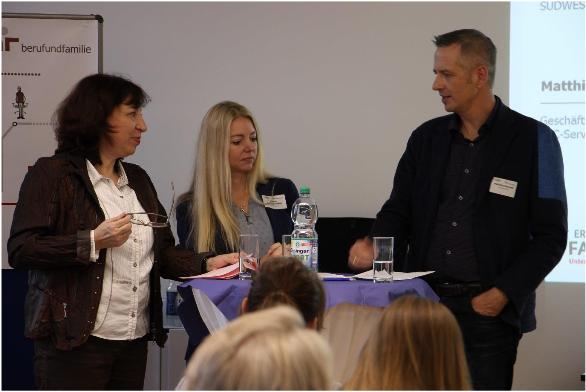 Birgit Weinmann (berufundfamilie Service GmbH) im Gespräch mit Jasmin Schmalenbach (Südwestbank AG) und Matthias Stroezel (SSC - Services GmbH)